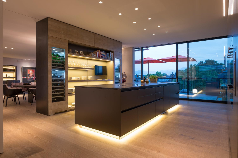Beleuchtung von bildern. trendy hotelzimmer design mit indirekter